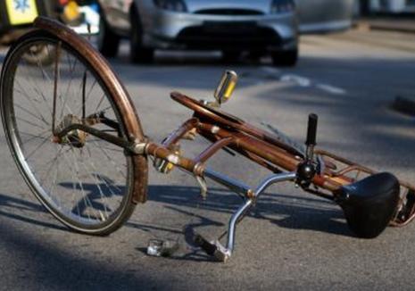 Un şofer din Oradea a acroşat o adolescentă pe bicicletă, dar pentru că fata i-a spus că n-a păţit nimic, a plecat. Acum s-a ales cu dosar penal