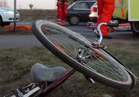 Accident pe Calea Bihorului: Şoferul unui excavator a urcat cu utilajul pe trotuar şi a izbit un copil pe bicicletă
