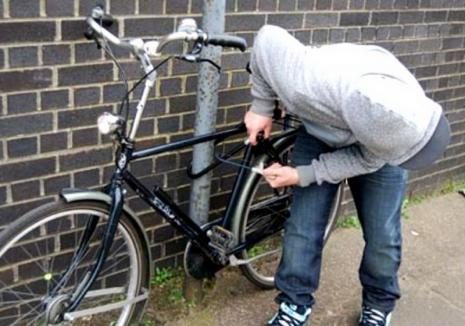 Hoţ cu ghinion: Poliţiştii l-au prins călare pe bicicleta furată
