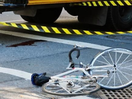 Un biciclist a murit zdrobit de remorca unui autotractor