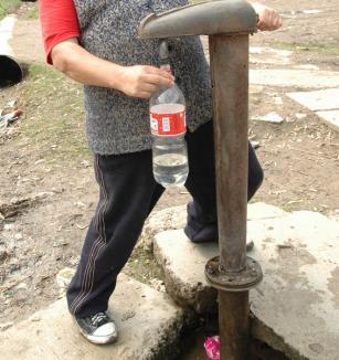 SCANDAL: Localnicii din Biharia i-au împiedicat pe angajaţii CAO să opreasă apa pentru neplată