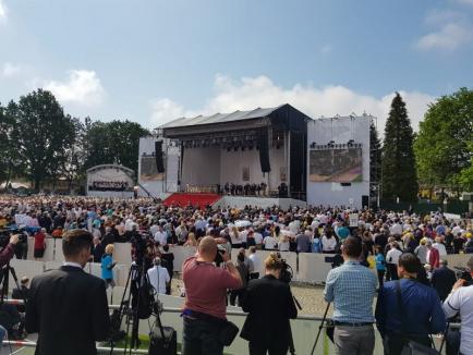 Moment istoric la Blaj: Numeroase grupuri de bihoreni participă la slujba de beatificare a celor șapte episcopi greco catolici, oficiată de Papa Francisc (FOTO)