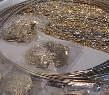 Trei escroci care vând podoabe ieftine la preţ de aur îşi caută victime prin judeţ