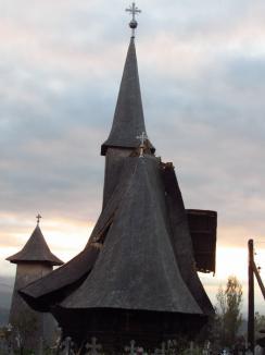 În plata Domnului: De două luni, cinci biserici de lemn din Bihor, monumente istorice, stau cu acoperişurile sparte şi riscă să se năruiască de tot (FOTO)