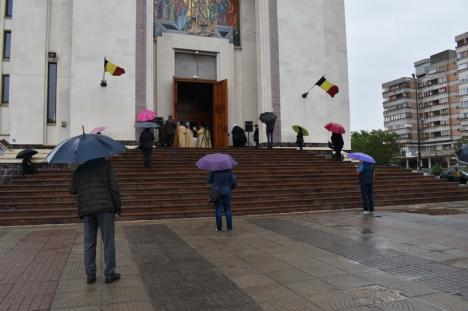 Restricţionaţi de... ploaie: Credincioşi puţini la bisericile din Oradea, în prima duminică după starea de urgenţă (FOTO)