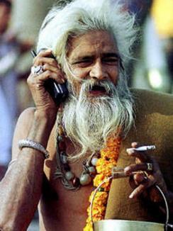 Indienii au mai multe telefoane mobile decât toalete