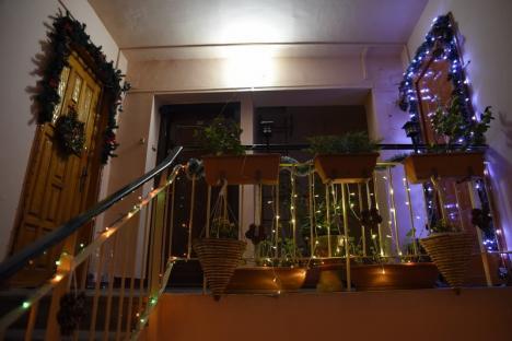 Bloc în sărbătoare: Orădenii de pe Galileo Galilei și-au împodobit blocul de Crăciun (FOTO)