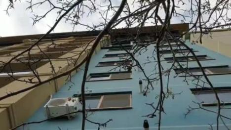 Un copilaş de 2 ani a murit după ce a căzut de la etajul 5 al unui bloc din Năvodari. Era acasă cu mama