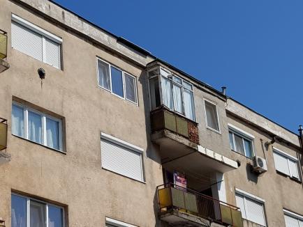 Abandonată în mucegai: O femeie din Salonta se zbate de 4 ani să demonstreze că apartamentul ei este distrus de o lucrare ilegală la acoperişul blocului (FOTO)