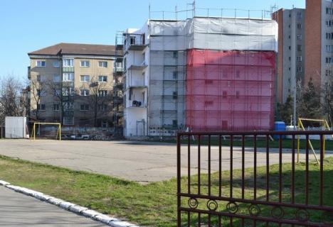 Nu cumpăraţi! Blocul construit în curtea liceului ortodox Roman Ciorogariu nu poate fi întăbulat