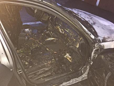 Daună totală! Imagini în exclusivitate cu mașina șefului Poliției Rutiere Salonta făcută scrum (FOTO / VIDEO)