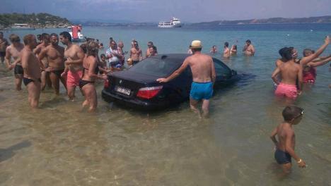 Cocalar viral: Un BMW cu număr de Bihor, vedetă pe internet, după ce a ajuns în mare (VIDEO)