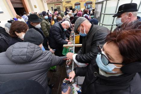 Boboteaza pandemică, în Oradea: Credincioşi mai puţini la slujba de sfinţire a apelor de la Biserica cu Lună şi Catedrala Greco-Catolică (FOTO / VIDEO)