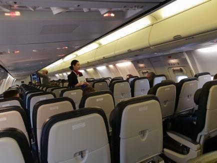Vicepreşedintele CJ Bihor, Traian Bodea, s-a pozat într-un avion Blue Air să arate că nu sunt pasageri pe ruta Oradea - Bucureşti (FOTO)