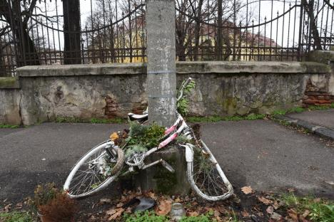 Bicicleta albă, amplasată în memoria unei tinere decedate într-un accident lângă Palatul Baroc, a fost distrusă (FOTO)