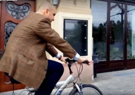 Cu permisul suspendat, primarul Ilie Bolojan a fost filmat mergând pe bicicletă în drum spre Primărie (VIDEO)