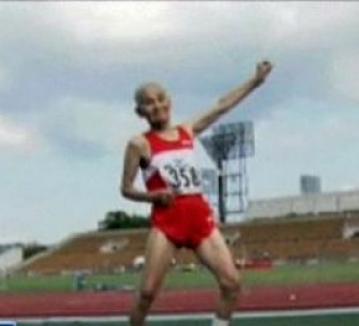 Moşul cel sprinten: la 100 de ani aleargă 100 metri garduri în 30 de secunde!