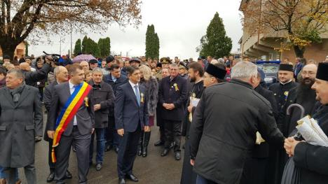 Scandal la dezvelirea statuii de la Sânmartin: Un protestatar și reporterul BIHOREANULUI au fost agresați, iar jandarmii nu au intervenit (FOTO / VIDEO)
