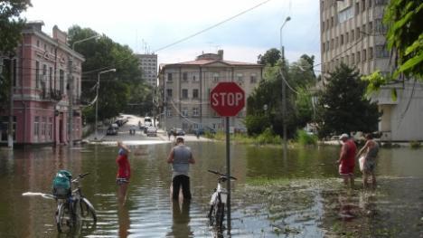 După inundaţii, în Brăila se pescuieşte în faţa blocului (FOTO)