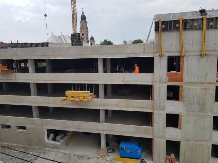 ADP Oradea: E aproape finalizată şi terasa parcării de pe strada Braşovului