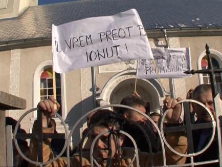Scandal de Sfântul Nicolae! Credincioşii ortodocşi din Bratca au baricadat biserica pentru a bloca numirea unui preot nou