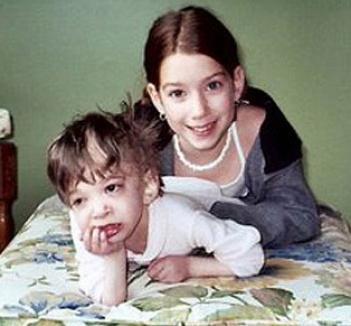 Fata ce nu îmbătrâneşte: la 17 ani e captivă într-un corp de copil