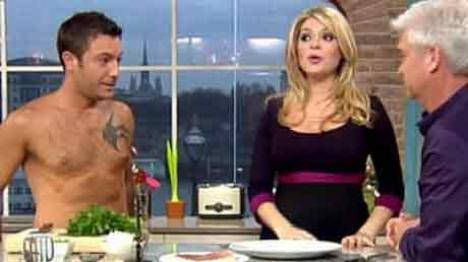 Un bucătar a gătit dezbrăcat în direct la TV (VIDEO)