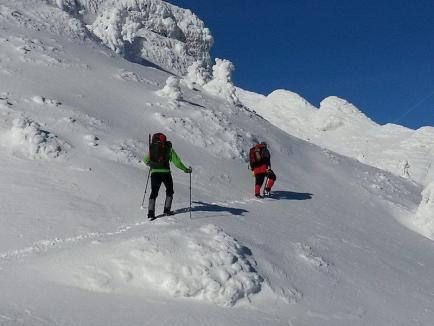 Un bărbat a murit în Bucegi după ce a fost surprins de o avalanşă