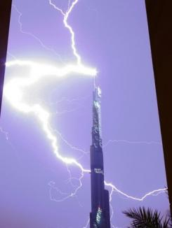 Burj Dubai, lovit de fulgere (FOTO)