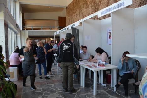 Lume multă la bursa locurilor de muncă, unde 68 de firme caută angajaţi (FOTO)