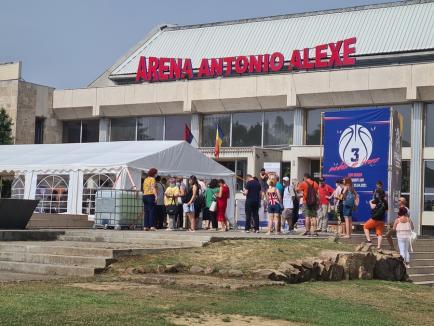 La coadă, pentru locuri de muncă: Târgul de la Arena Antonio Alexe a atras foarte mulți bihoreni în căutarea unui job