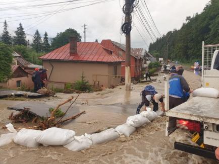 Vin furtuni violente în cea mai mare parte a ţării. La Buşteni, o viitură a blocat DN 1 şi a inundat peste 100 de case (FOTO)