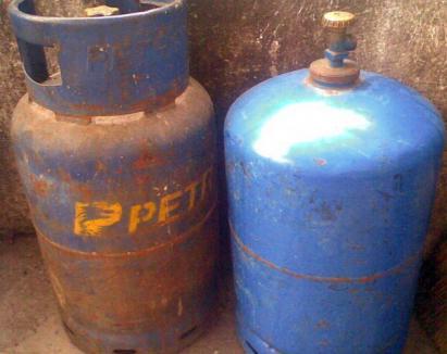 Prinşi, în timp ce-şi umpleau buteliile de aragaz dintr-o cisternă