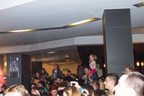 """Sute de părinţi şi copii au cântat cu Andra """"La mulţi ani"""" pentru Lotus Center (FOTO / VIDEO)"""