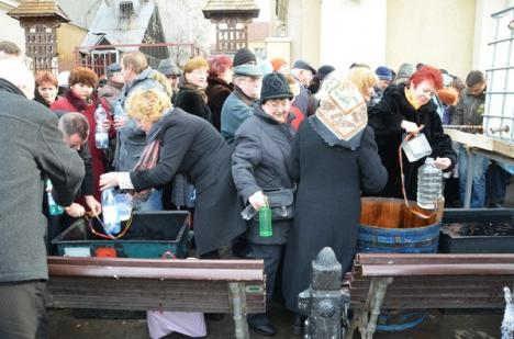 Lupta pentru apă sfinţită: La Biserica cu Lună sute de orădeni s-au înghesuit să ia agheasmă (FOTO)