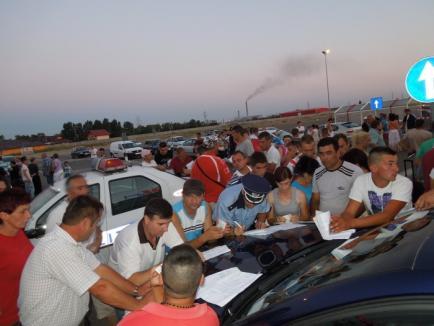 Anchetă pe capotă: Sute de oameni audiaţi în parcare la Real II, după ce au fost înşelaţi de o firmă care le-a promis de lucru în străinătate (FOTO)