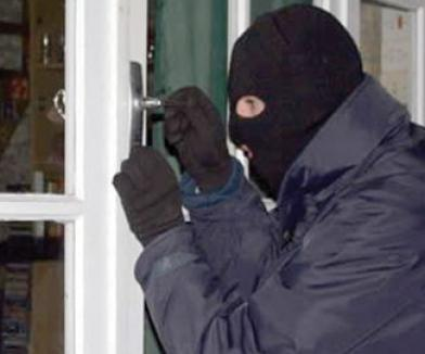Patru tineri mascaţi şi înarmaţi, care au tâlhărit o familie de pensionari, au fost prinşi după 8 luni de căutări