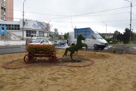 Faţa oraşului: O căruță cu flori e trasă de un căluț vegetal pe bulevardul Dacia (FOTO)