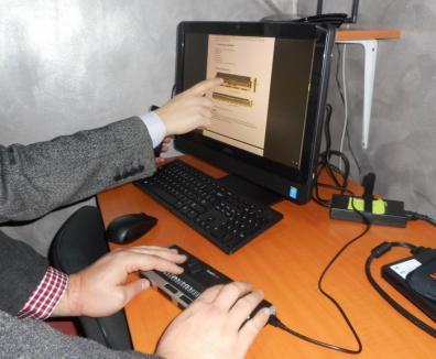 Ajutaţi să se angajeze: Nevăzătorii au la dispoziţie, la AJOFM Bihor, un calculator dotat pentru nevoile lor