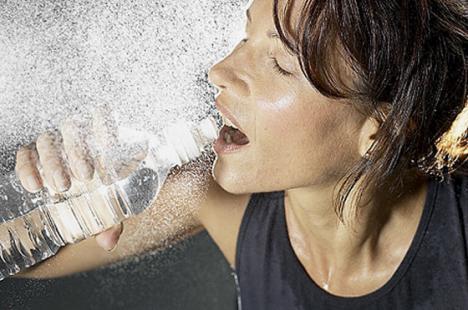 Recomandări pe caniculă: Nu staţi la plajă între 11 şi 16 şi beţi apă şi ceai