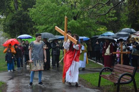 'Dumnezeu a plâns pentru Fiul Său!': Devoţiunea Calea Crucii din Parcul Olosig s-a ţinut pe ploaie (FOTO / VIDEO)