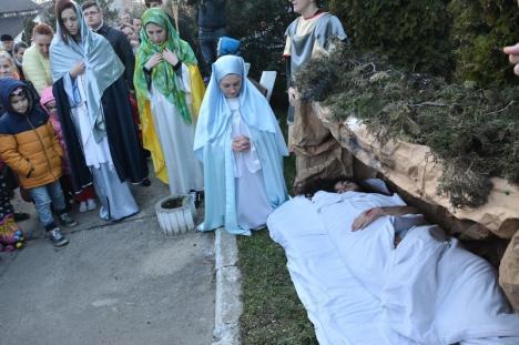 Via Crucis. Peste 200 de credincioşi au rememorat patimile lui Hristos în Parcul Liniștii din Oradea (FOTO / VIDEO)