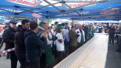 Au bătut recordul la caltaboş! Echipa 'D'ale porcului' a făcut cel mai lung caltaboş din lume (FOTO)