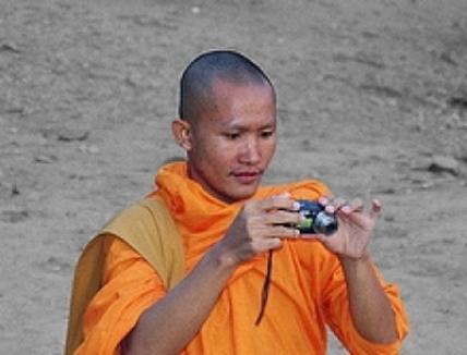 Călugărul porno: arestat pentru că filma femei dezbrăcate