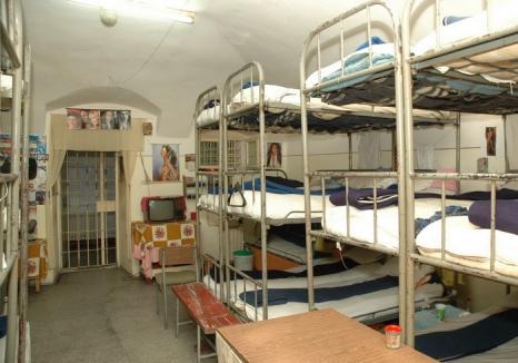 Hai liberare! 37 de deţinuţi scapă din Penitenciarul Oradea pentru condiţii neconforme