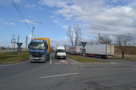 Aglomeraţie şi cozi kilometrice, în Borş. Camioanele care ies şi intră în ţară blochează circulaţia (FOTO)