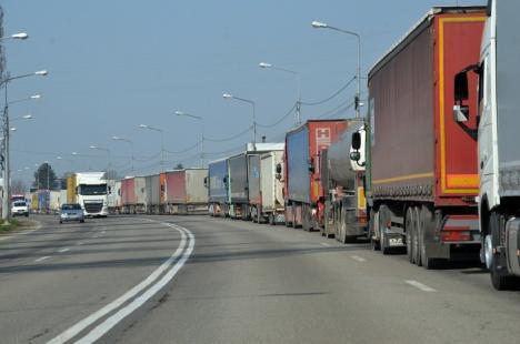 Cozi uriaşe la camioane, în Borş. Autorităţile maghiare fac verificări mai aspre