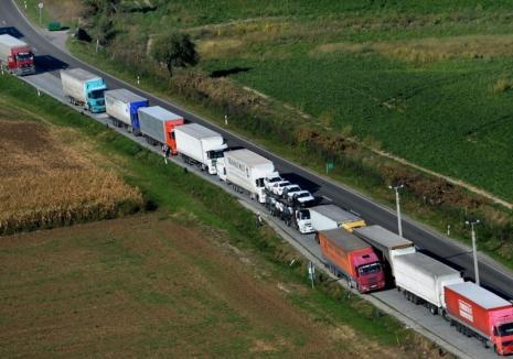 Explicaţii târzii: Poliţia maghiară susține că aglomerația de TIR-uri de la frontieră nu ar fi cauzată de controalele pe care le face