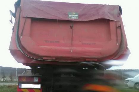 Se confiscă! Un bihorean a rămas fără camion, după ce a fost prins aruncând gunoaie, lângă Paleu (FOTO)