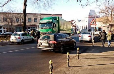 "Traficul în Beiuș a fost îngreunat din cauza unui TIR ""Frutti Fresh"" care s-a stricat (FOTO)"
